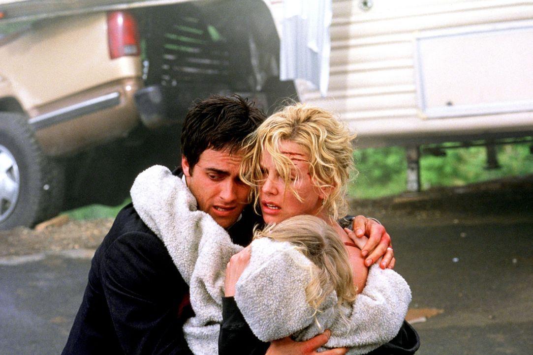 Nach Stunden der Angst ist die Familie wieder vereint: Karen (Charlize Theron, r.), Will (Stuart Townsend, l.) und Abby (Dakota Fanning, vorne) ... - Bildquelle: Senator Film