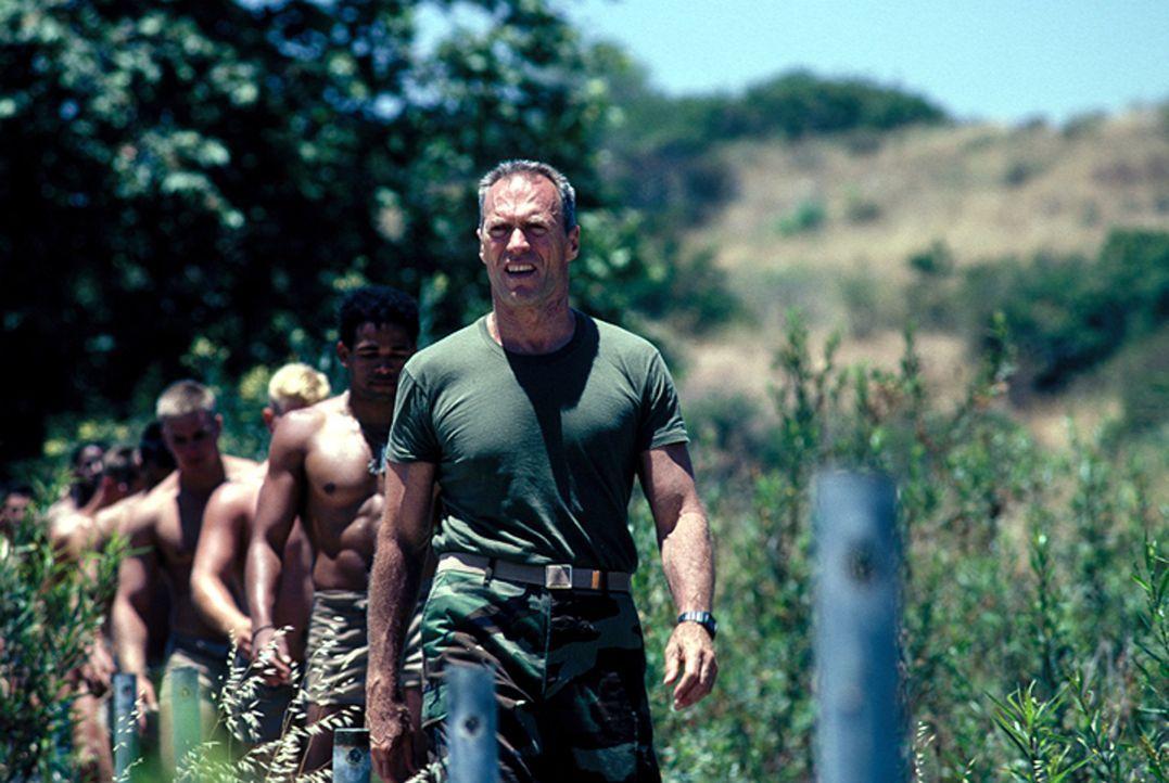Gunnery Sergent Thomas Highway (Clint Eastwood, vorne) - Bildquelle: 1986 Warner Bros. Pictures. Tous droits réservés.
