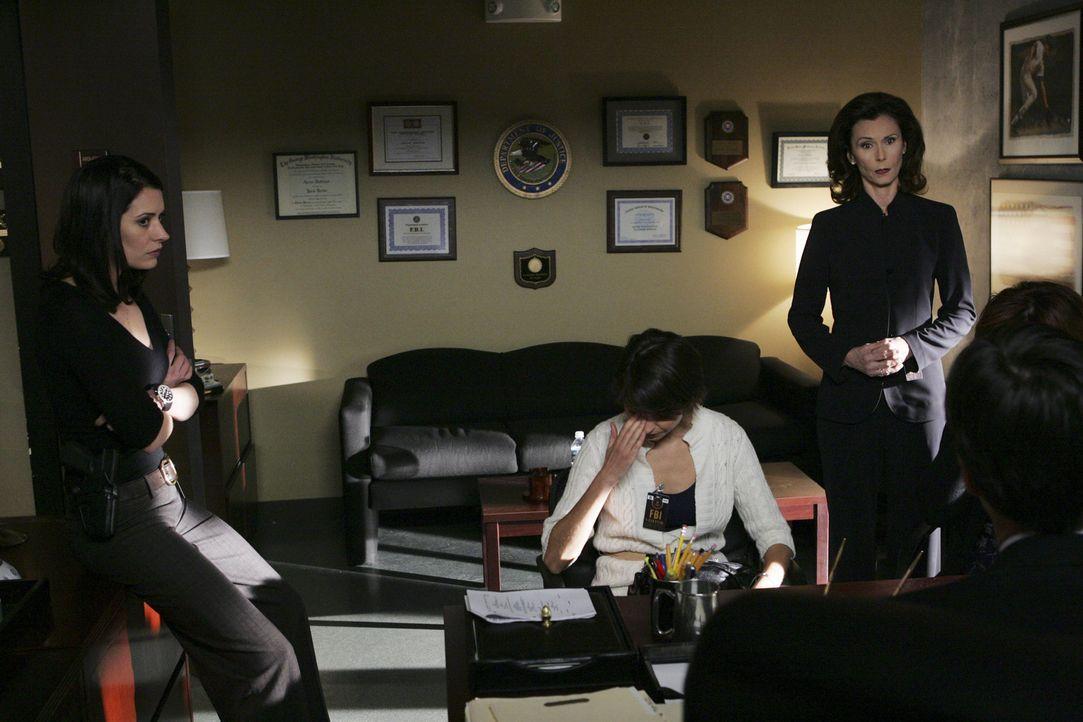 Prentiss' (Paget Brewster, l.) Mutter (Kate Jackson, 2.v.r.) kommt mit zwei russischen Einwanderinnen direkt ins Büro der BAU. Es sind Verwandte ei... - Bildquelle: Touchstone Television