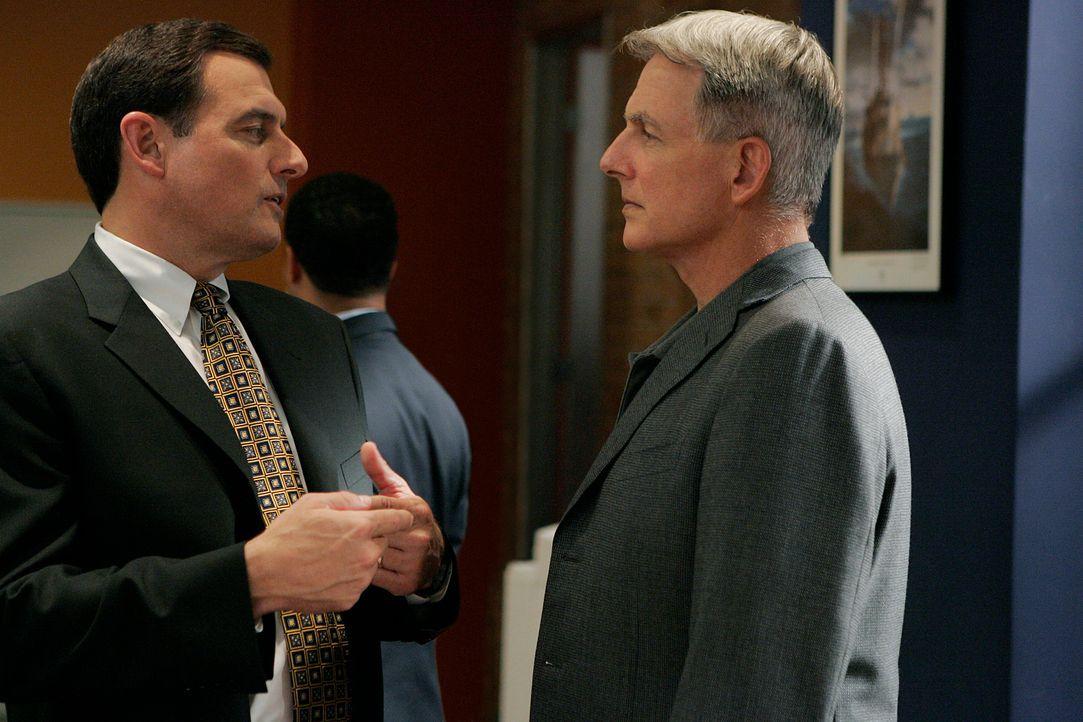 Bei den Dreharbeiten: Mark Harmon (r.) und NCIS Director Thomas A. Betro (l.) ... - Bildquelle: CBS Television
