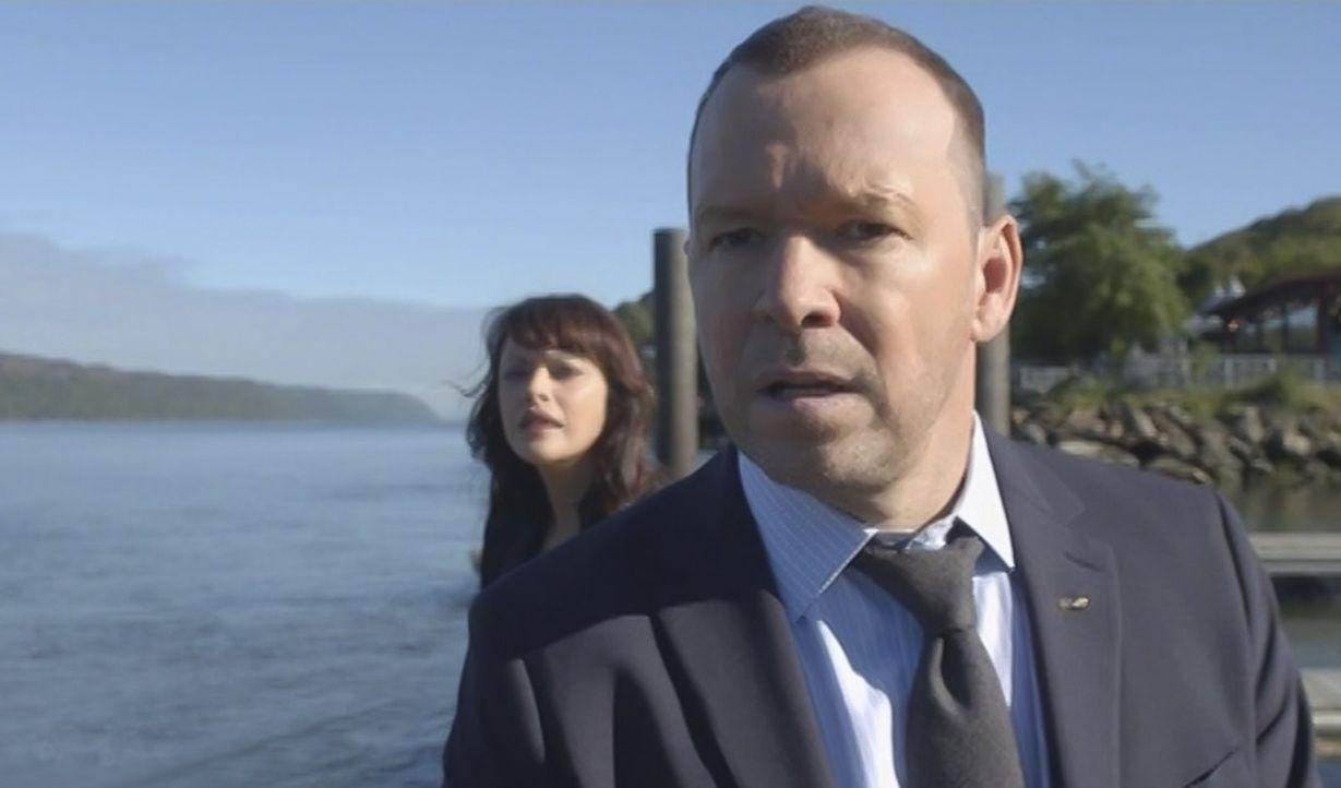 Ein Serienkiller bedroht Danny (Donnie Wahlberg, vorne) und seine Familie. Als Danny und Baez (Marisa Ramirez, hinten) auf einem Boot nach ihm suche... - Bildquelle: 2015 CBS Broadcasting Inc. All Rights Reserved.