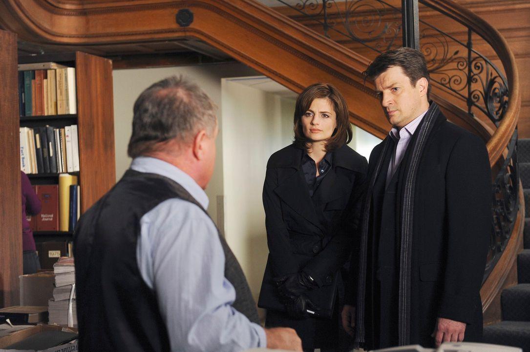 In einem Zeitungsverlag begeben sich Richard Castle (Nathan Fillion, r.) und Kate Beckett (Stana Katic, M.) auf Spurensuche. Von Dale Fickas (Jack M... - Bildquelle: ABC Studios