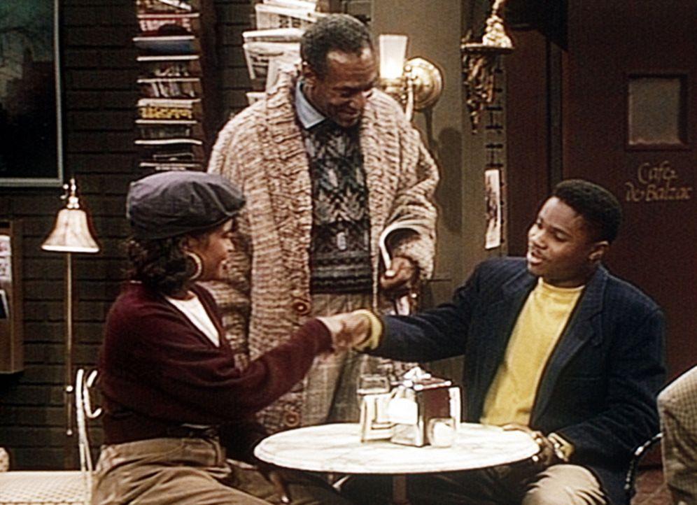 Cliff (Bill Cosby, M.) scheint es auf Anhieb zu gelingen, seinen Sohn Theo (Malcolm-Jamal Warner, r.) mit einer unbekannten Schönen zu verkuppeln. - Bildquelle: Viacom