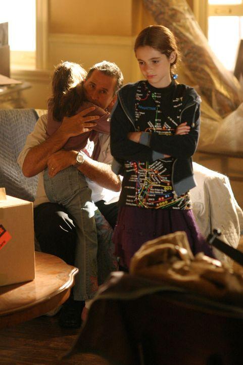 Der Abschiedsschmerz sitzt tief: Jack (Anthony LaPaglia, M.) erklärt seinen Töchtern Hanna (Vanessa Marano, l.) und Kate (Laura Marano, r.), dass je... - Bildquelle: Warner Bros. Entertainment Inc.