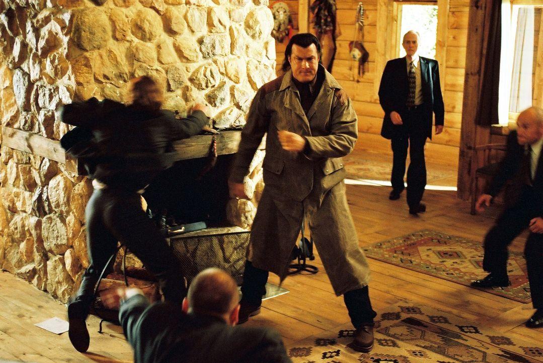 """Als Ex-Undercover-Agent Billy Lancing (Steven Seagal) entdeckt, dass sich hinter der """"Foster-Hilfsorganisation für Menschen"""" in Wahrheit ein Netzwe... - Bildquelle: Franchise Pictures"""