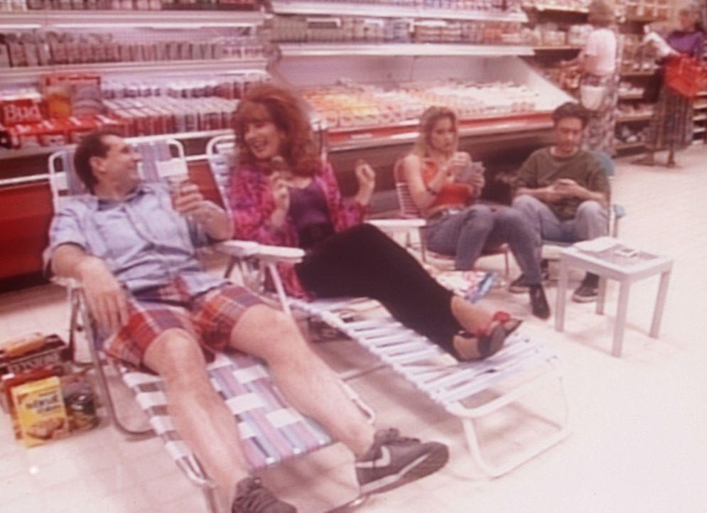 Auf der Flucht vor der sommerlichen Hitze haben sich (v.l.n.r.) Al (Ed O'Neill), Peggy (Katey Sagal), Kelly (Christina Applegate) und Bud (David Fau... - Bildquelle: Columbia Pictures