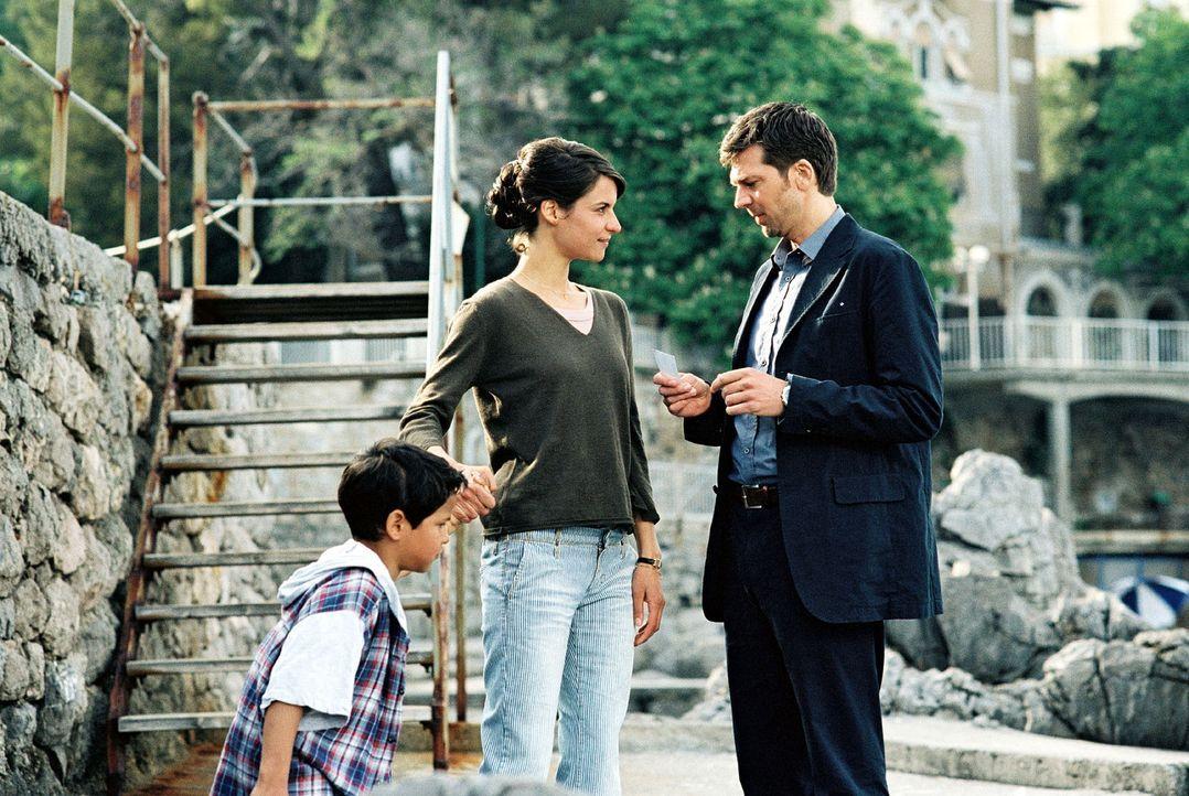 Maria (Liane Forestieri, M.) bietet Jan (Kai Wiesinger, r.) ihre Unterstützung an und gibt ihm ihre Telefonnummer. Jan ist immer noch davon überze... - Bildquelle: Walter Wehner Sat.1