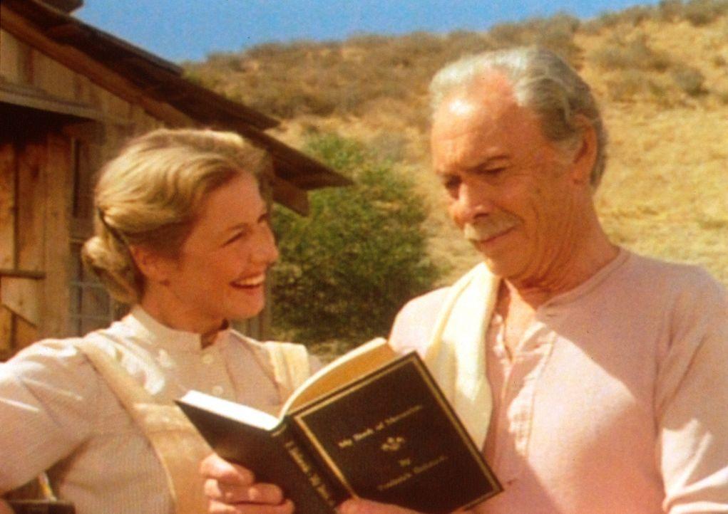 Stolz blickt der Großvater (Barry Sullivan, r.) auf seine gedruckten Memoiren. Auch Tochter Caroline (Karen Grassle, l.) freut sich, dass ihr Vater... - Bildquelle: Worldvision