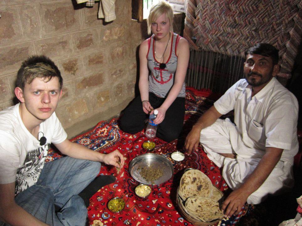 Auch an die Essensgewohnheiten müssen sich Marlon (l.) und Laura (M.) erst noch gewöhnen ... - Bildquelle: kabel eins