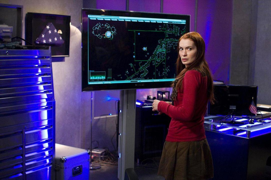 """Als Holly Marten (Felicia Day) in Eureka auftaucht, glaubt Fargo sofort, dass Senatorin Wen sie geschickt hat, um die """"Schneller-als-Licht""""-Aktion z... - Bildquelle: Universal Television"""