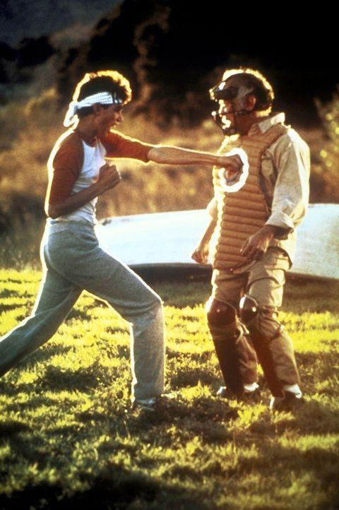 """Der unscheinbare japanische Hausmeister Miyag (Noriyuki """"Pat"""" Morita, r.) entpuppt sich als Karate-Altmeister. Er nimmt den jungen Daniel (Ralph Mac... - Bildquelle: Columbia Pictures"""