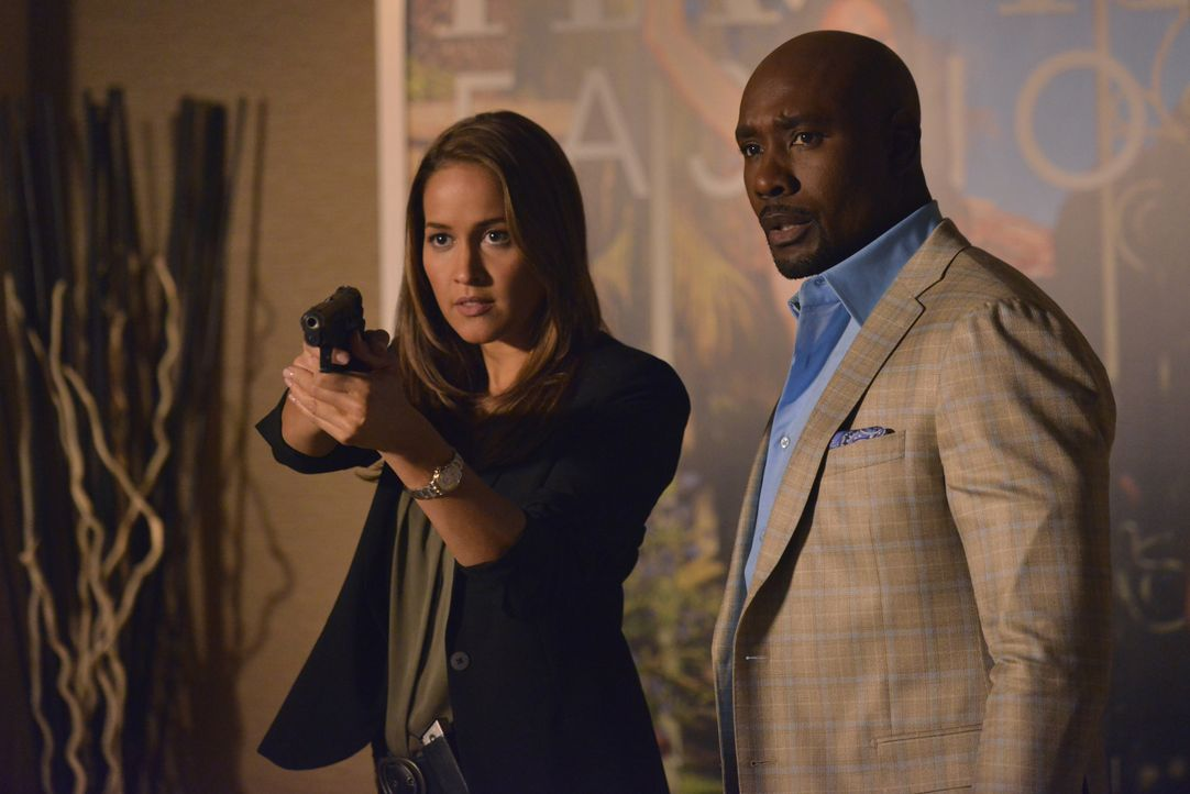 Jagen einen prügelnden Mörder: Rosewood (Morris Chestnut, r.) und Villa (Jaina Lee Ortiz, l.) ... - Bildquelle: 2016-2017 Fox and its related entities. All rights reserved.