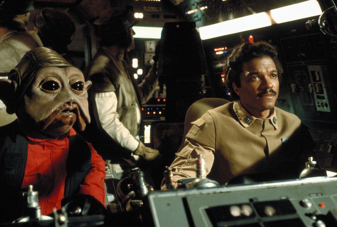 """Die Rebellen Lando (Billy Dee Williams, r.) und sein Co-Pilot Nien Nunb (Richard Bonehill, l.) sind mit dem """"Rasenden Falken"""" unterwegs zum Todesste... - Bildquelle: TM & © 2015 Lucasfilm Ltd. All rights reserved."""