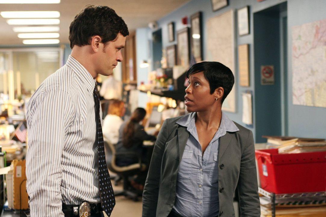 Detective Lydia (Regina King, r.) und Russell (Tom Everett Scott, l.) überlegen, wie sie im aktuellen Fall weiter vorgehen sollen. - Bildquelle: Warner Brothers