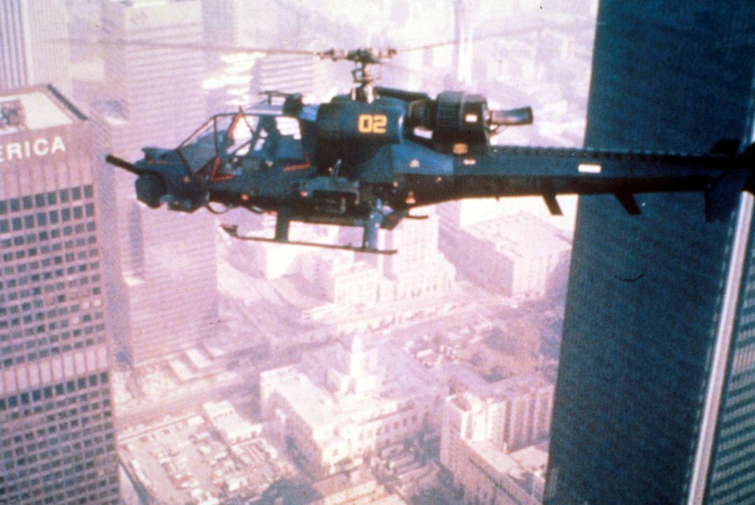 Polizist Frank Murphy fliegt den Super-Helikopter, der mit einem starken Waffensystem und modernster Überwachungstechnik ausgerüstet ist ... - Bildquelle: Columbia Pictures