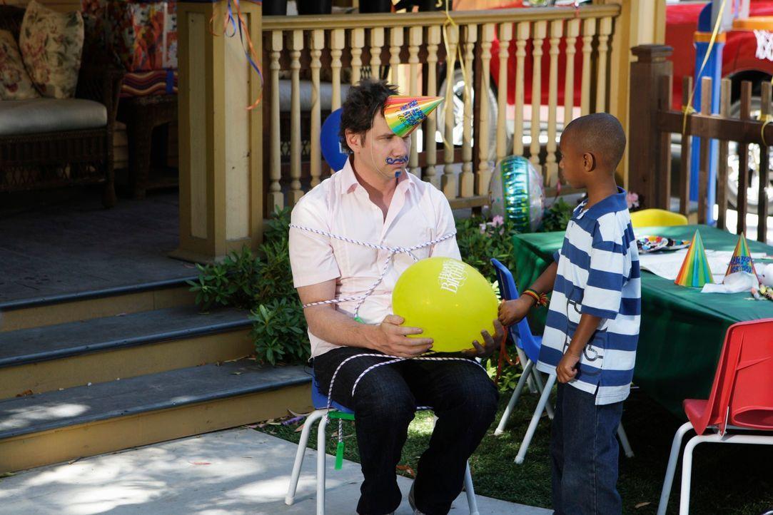 Eli (Jamie Kennedy) findet es weniger lustig, den Clown für die Kinder zu spielen ... - Bildquelle: ABC Studios