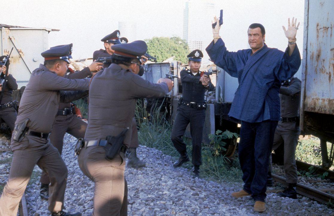 Alleingelassen nimmt Ex-CIA-Agent Jake Hopper (Steven Seagal, r.) den Kampf gegen die hemmungslosen Terroristen auf ... - Bildquelle: MGM Home Entertainment