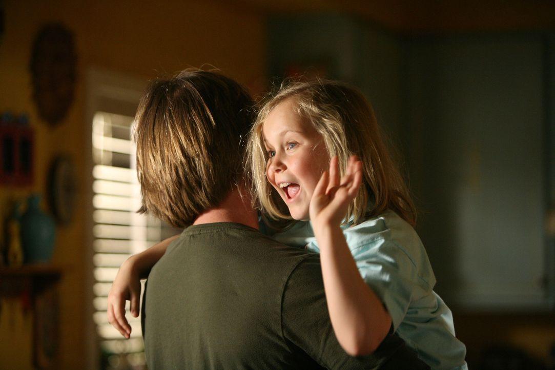 Schlafenszeit: Joe (Jake Weber, l.) bringt seine kleine Tochter Bridgette (Maria Lark, r.) ins Bett. - Bildquelle: Paramount Network Television