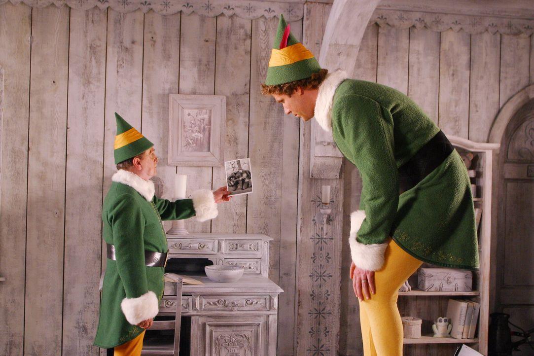 Als Buddy (Will Ferrell, r.) von seinem Elfenvater (Bob Newhart, l.) über seine wahre Herkunft aufgeklärt wird, macht er sich auf den Weg nach New... - Bildquelle: Warner Bros. Television