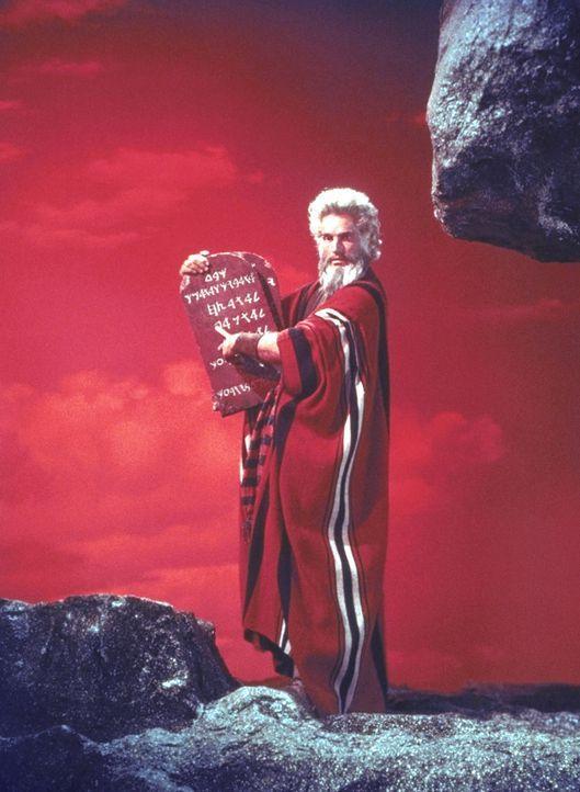 Moses (Charlton Heston) empfängt die zehn Gebote Gottes auf Steintafeln und verkündet sie seinem Volk ... - Bildquelle: Paramount Pictures