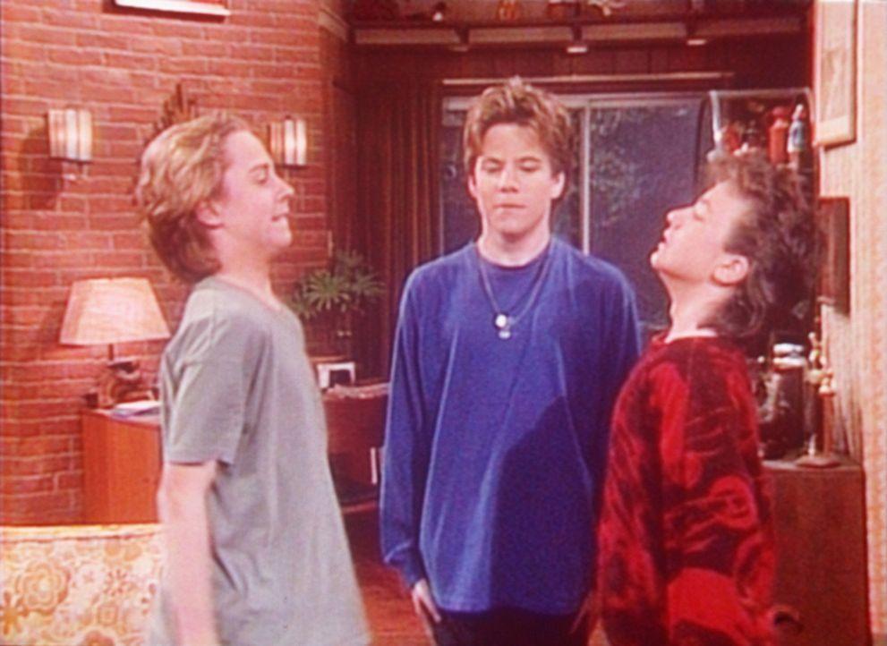 Bud (David Faustino, r.) und seine Freunde Terry (Vonni Ribisi, l.) und Boz (Stephen Dorff) haben sturmfrei und wollen ein paar Mädchen einladen. - Bildquelle: Columbia Pictures