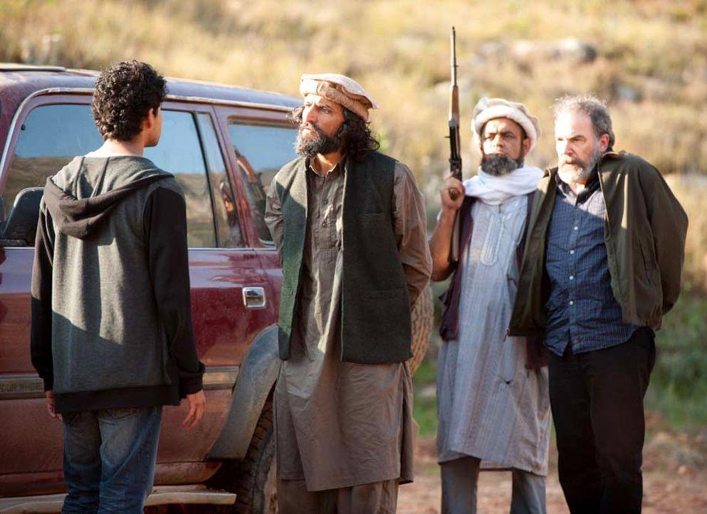 Saul (Mandy Patinkin, r.) ist in der Gewalt von Aayans (Suraj Sharma, l.) Onkel, den Terroristen Haqqani (Numan Acar, 2.v.l.). Doch wird Carrie ihn... - Bildquelle: 2014 Twentieth Century Fox Film Corporation