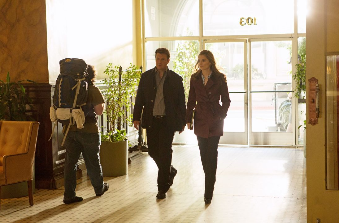 Ihre Ermittlungen führen Richard Castle (Nathan Fillion, M) und Kate Beckett (Stana Katic, r.) zu einer Sekte, in der das Mordopfer Mitglied war ... - Bildquelle: 2012 American Broadcasting Companies, Inc. All rights reserved.