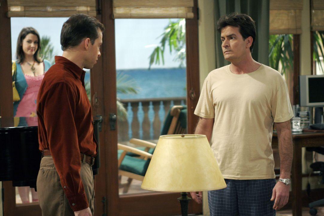 Charlie (Charlie Sheen, r.) verbietet Alan (Jon Cryer, M.) die Balkontüre zu offen, da Rose (Melanie Lynskey, r.) dort schon wieder auf der Lauer n... - Bildquelle: Warner Brothers Entertainment Inc.