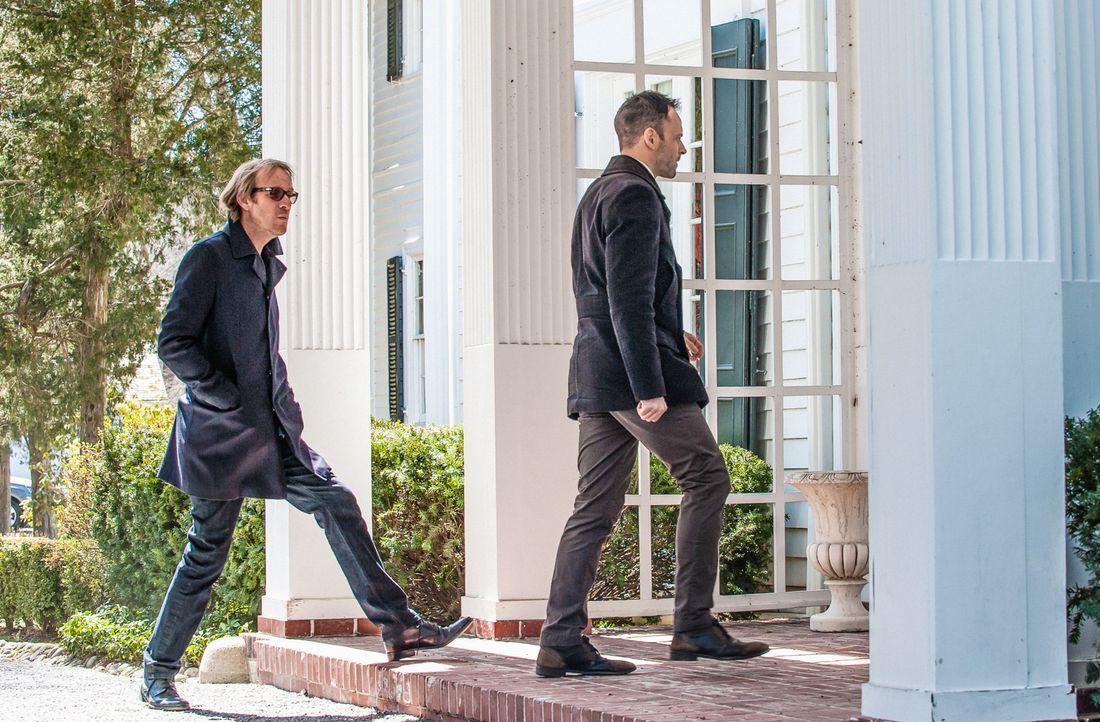 Sherlock (Jonny Lee Miller, r.) und sein Bruder Mycroft (Rhys Ifans, l.) tun alles, um an einen gewissen Norman heranzukommen, der von einer Schweiz... - Bildquelle: CBS Television