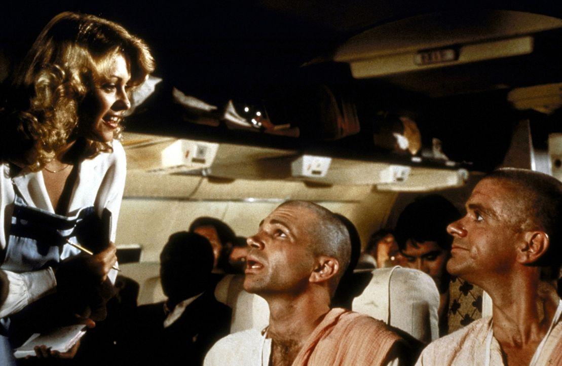 Stewardess Randy (Lorna Patterson, l.) kümmert sich liebevoll um die Passagiere des Trans-Amerika-Fluges 209 ... - Bildquelle: Paramount Pictures
