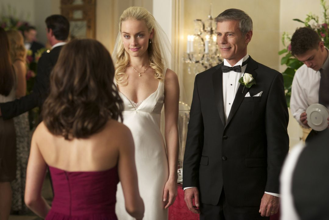 Inzwischen kann sich Catherine (Kristin Kreuk, l.) für ihren Vater (Rob Stewart, M.) und ihre zukünftige Stiefmutter Brooke (Rachel Skarsten, M.) fr... - Bildquelle: 2012 The CW Network, LLC. All rights reserved.