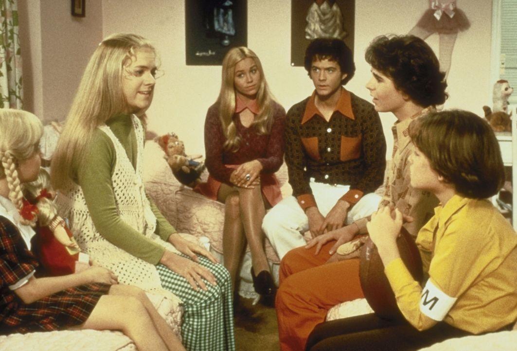 Während Herr und Frau Brady sich bemühen, ihren Kindern nichts von der Katastrophe anmerken zu lassen, überlegen Cindy (Olivia Hack, 1. von l.), Bob...