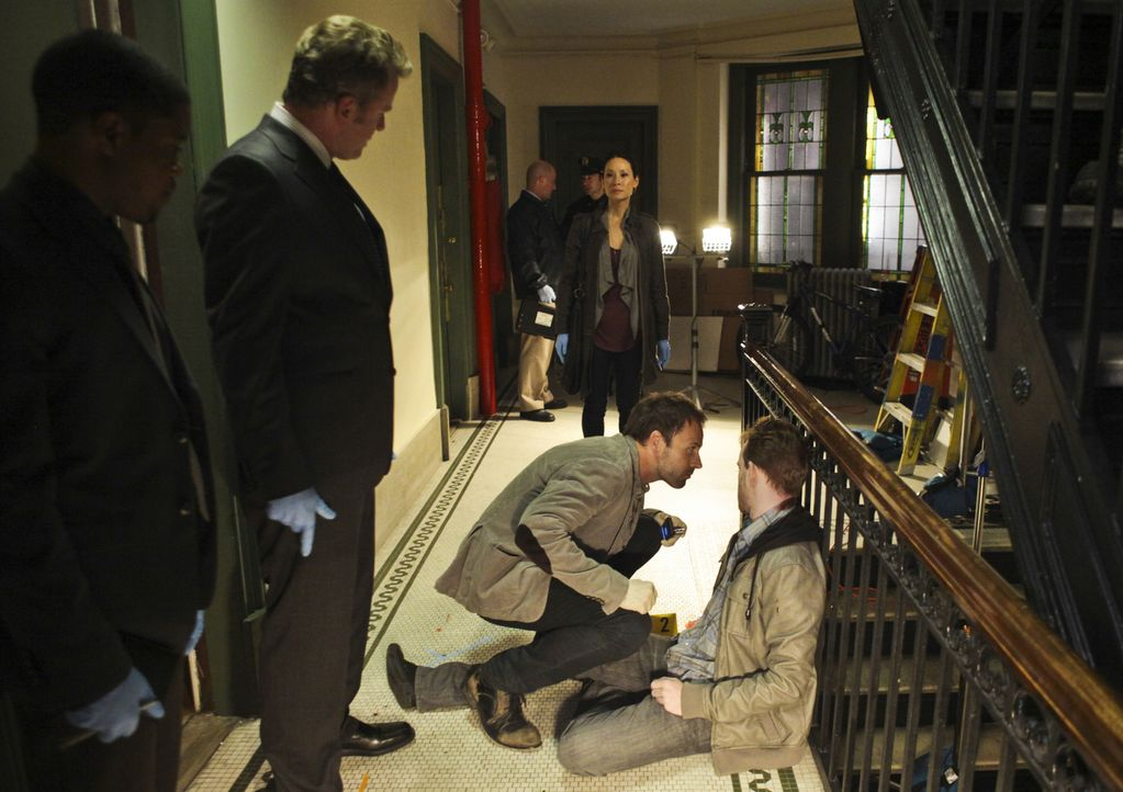 Steht dem durchgeknallten Ermittler Sherlock Holmes (Jonny Lee Miller, vorne 2.v.r.) zur Seite und stellt fest, dass ihr das Klären von Verbrechen d... - Bildquelle: CBS Television