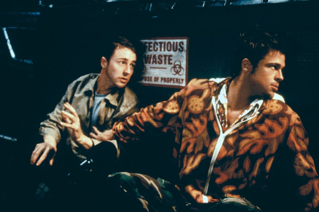 Um überleben zu können, verkaufen Jack (Edward Norton, l.) und Tyler (Brad Pitt, r.) Seifen, die sie selbst herstellen. Eine Zutat liegt in dem M - Bildquelle: 20th Century Fox