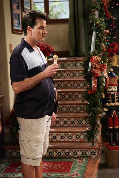Schon nach kurzer Zeit ist Charlie (Charlie Sheen) dick wie ein Hefekloß ... - Bildquelle: Warner Brothers Entertainment Inc.