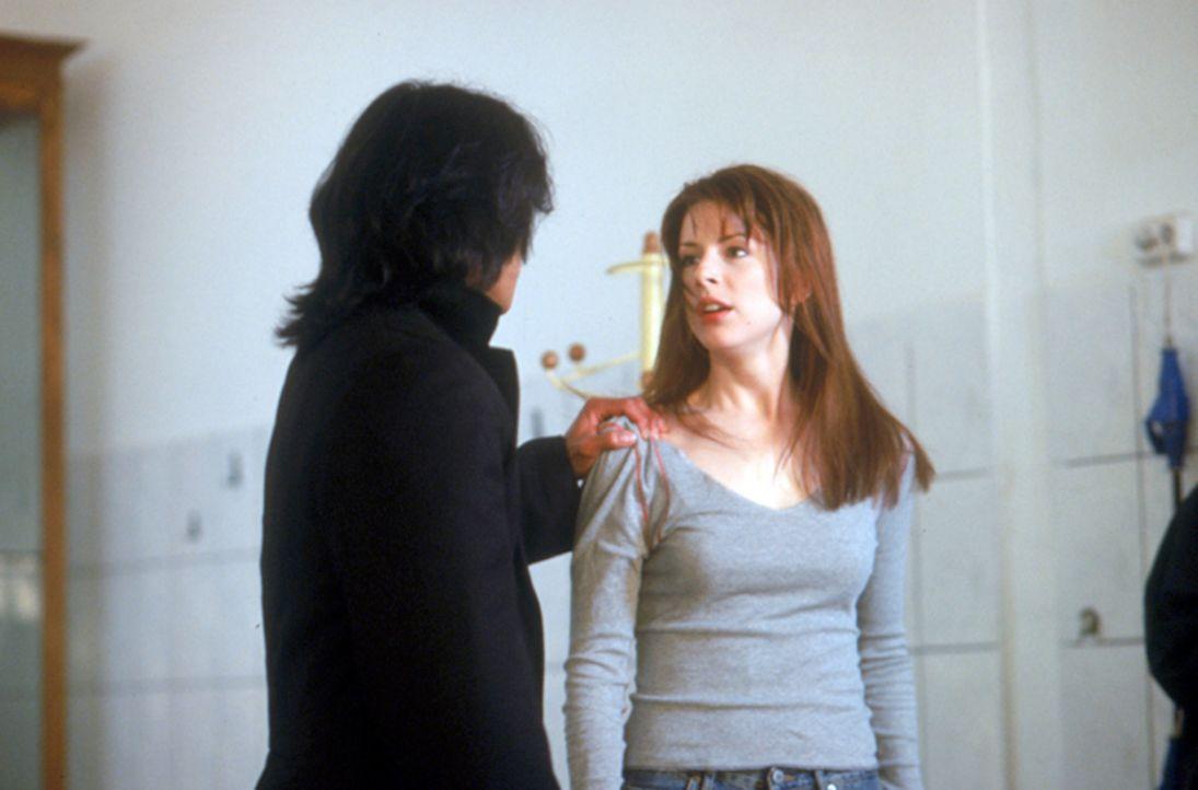 Zu allem Überfluss gerät die Gruppe um die Studentin Eilzabeth Blaine (Diane Neal, r.), ins Visier des Vampirjägers Pater Uffizi (Jason Scott Lee... - Bildquelle: Neo Art & Logic