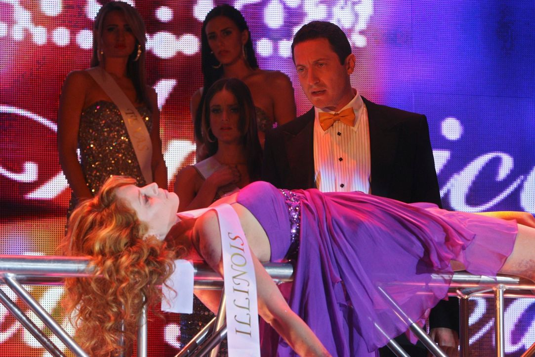 Während der Proben eines Schönheitswettbewerbes wird die Leiche von Miss Illinois (Stephanie Lynn, liegend) gefunden. Ist das Entsetzen von Moderato... - Bildquelle: ABC Studios