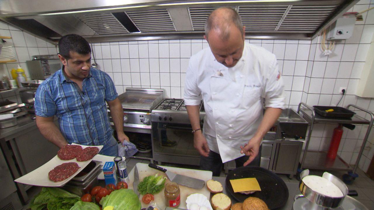 """Wird es Frank Rosin (r.) gelingen, Besim Iraks (l.) """"XXL-Food-King"""" vor der Schließung zu retten? - Bildquelle: kabel eins"""
