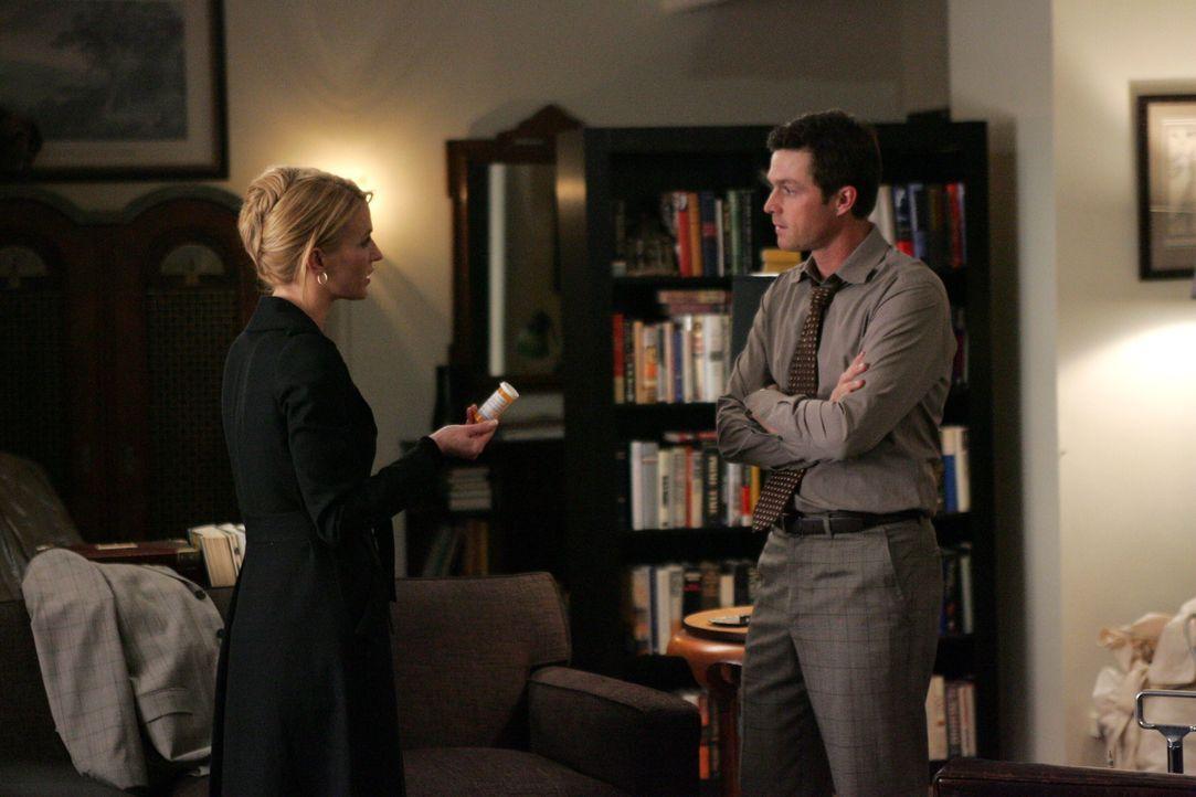 Samantha (Poppy Montgomery, l.) die erkannt hat, dass Martin (Eric Close, r.) ernsthafte Probleme hat, versucht ihm zu helfen ... - Bildquelle: Warner Bros. Entertainment Inc.