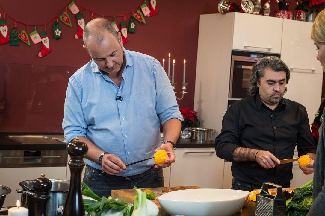 Auch in der Küche steht Hakan (r.) dem Sternekoch Frank Rosin (l.) zur Seite, vor allem wenn es darum geht ein besonderes Weihnachtessen zu zaubern... - Bildquelle: Claudius Pflug SAT.1