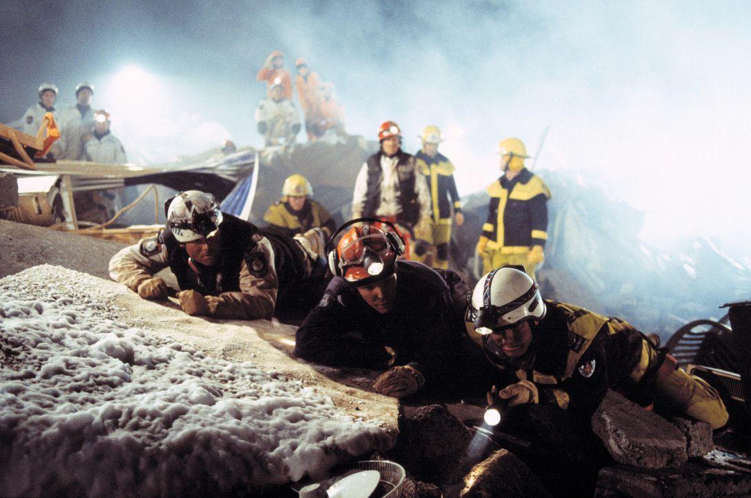 Nach 27 Stunden unablässiger Arbeit macht ein Erdrutsch die Hoffnungen der freiwilligen Rettungskräfte, noch Überlebende zu finden, zunichte. Tro... - Bildquelle: Sony Pictures Television International. All Rights Reserved