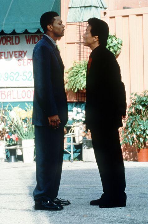 Wenn James Carter(Chris Tucker , l.) eines nicht ausstehen kann, dann ist es ein Partner: Inspektor Lee (Jackie Chan, r.) ... - Bildquelle: New Line Cinema