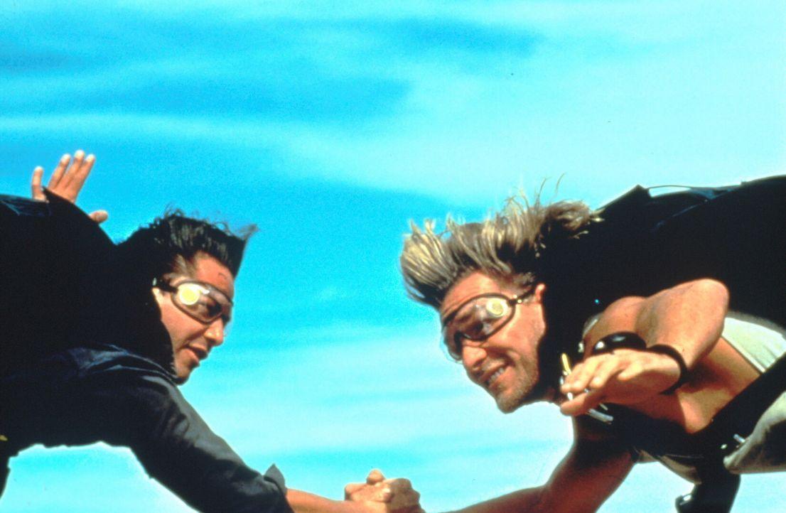 Der junge FBI-Agent Johnny Utah (Keanu Reeves, l.) soll eine Serie von Banküberfällen aufklären. Die Spur führt zu dem Surf-Guru Bodhi (Patrick Sway... - Bildquelle: Largo International N.V. All rights reserved.