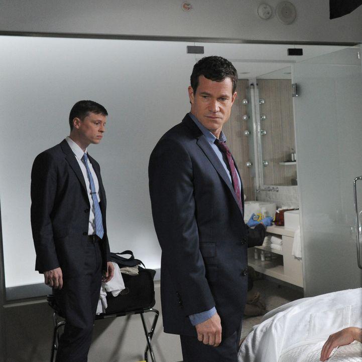 Suchen am Tatort nach Hinweisen: Al (Dylan Walsh, r.) und Roe (Kevin Rankin, l.) ... - Bildquelle: 2011 CBS Broadcasting Inc. All Rights Reserved.