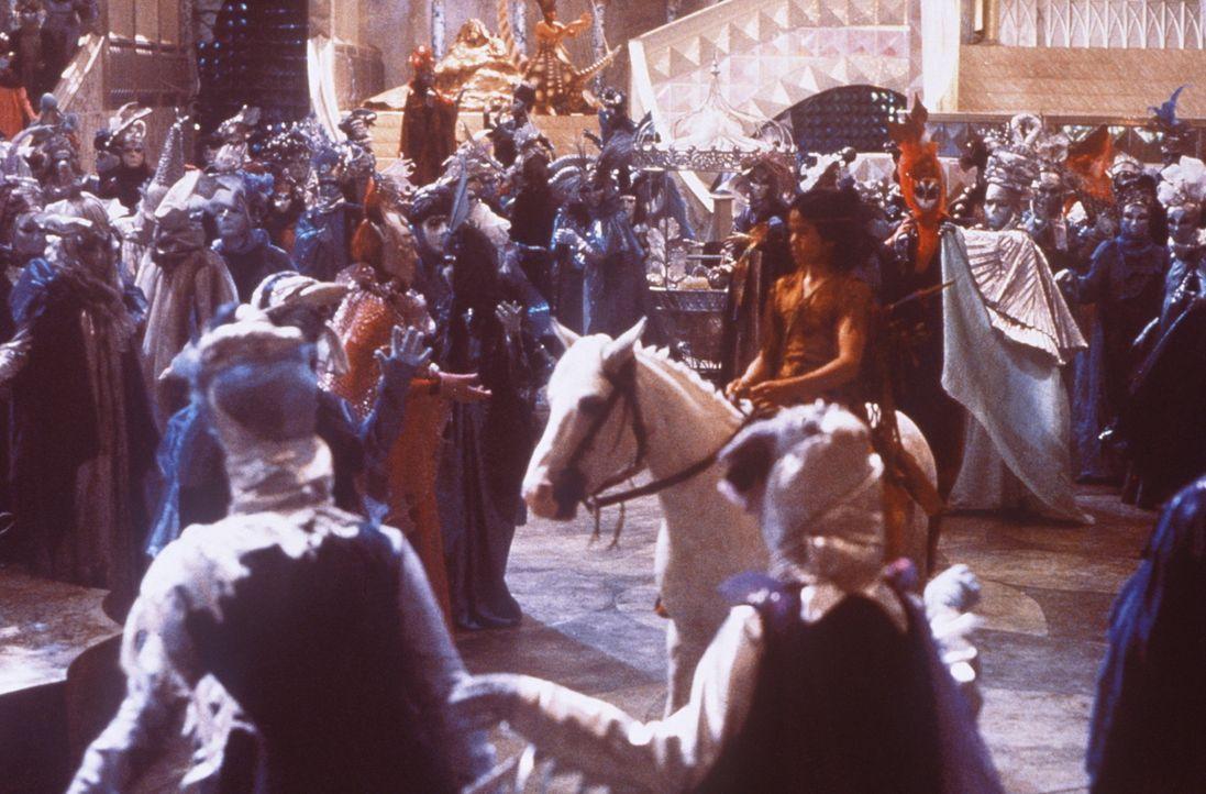 Ganz Phantásien setzt all seine Hoffnung auf den tapferen Krieger Atreju (Kenny Morrison, M.) ... - Bildquelle: Warner Bros.