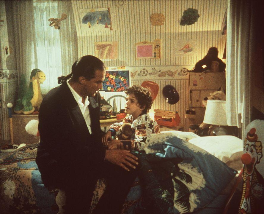 Als seine Familie ins Visier von Verbrechern gerät, bricht die heile Welt des Cop Mason Storms (Steven Seagal, l.) auseinander ... - Bildquelle: Warner Bros.
