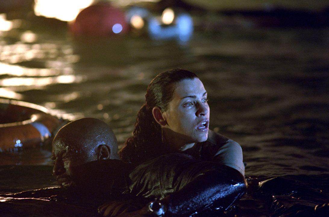 Müssen um ihr Überleben kämpfen: Mate Greer (Isaiah Washington, l.) und Maureen Epps (Julianna Margulies, r.) - Bildquelle: Warner Brothers