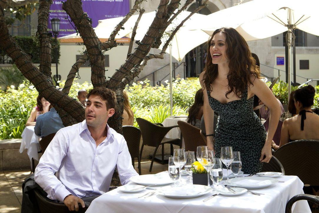 Das Doppel-Date mit Steve und Estefania verläuft nicht so, wie Adam (James Wolk, l.) es sich vorgestellt hat. Fiona (Emmy Rossum, r.) merkt jedoch n... - Bildquelle: 2010 Warner Brothers