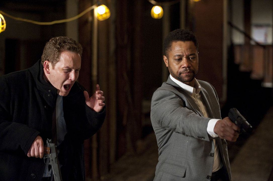 Wer mit dem Feuer spielt, kommt darin um: Allan (Cole Hauser, l.) und der Killer Jonas Arbor (Cuba Gooding Jr., r.) ... - Bildquelle: 2011 Sony Pictures Worldwide Acquisitions Inc. All Rights Reserved