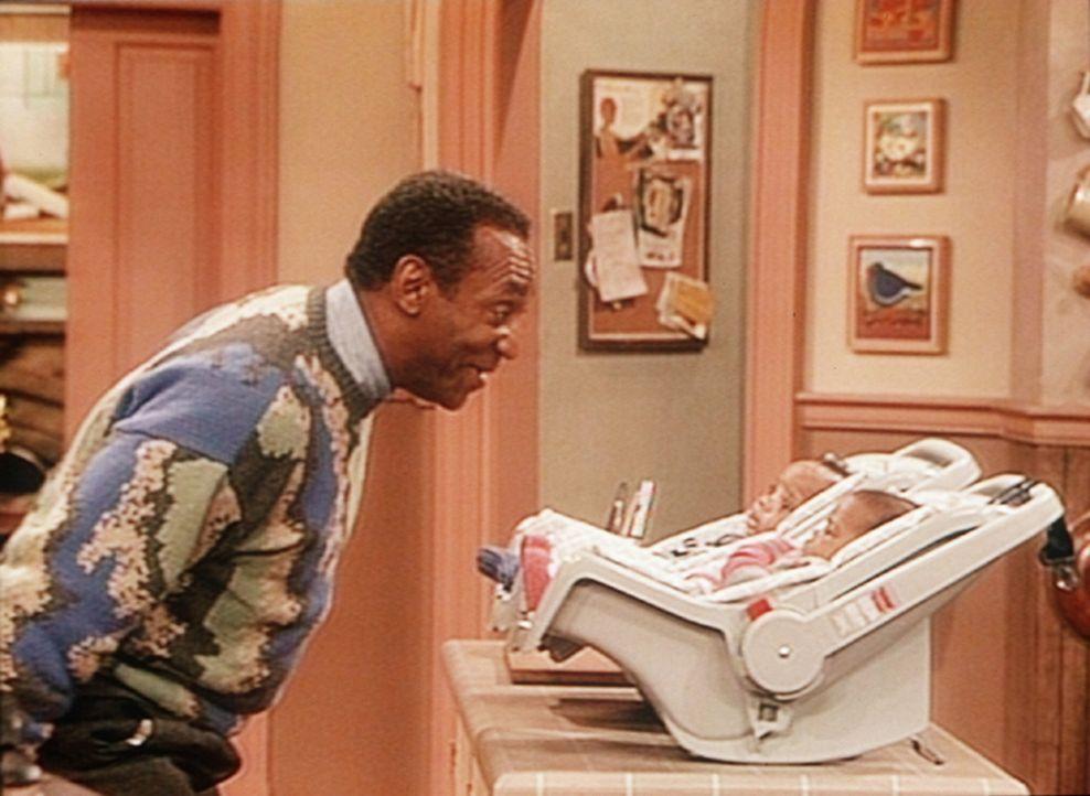 Mit seinen Faxen hat Cliff (Bill Cosby, l.) bei seinen Enkelkindern Nelson und Winnie (Darrin und Donovan Bryant) nicht gerade einen umwerfenden Erf... - Bildquelle: Viacom